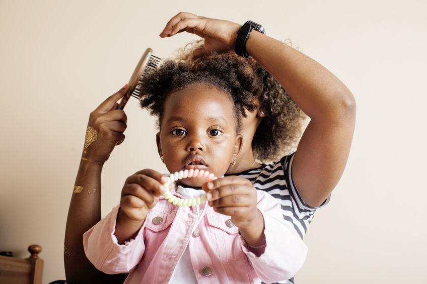 Enfant : 9 règles pour démêler ses cheveux afros