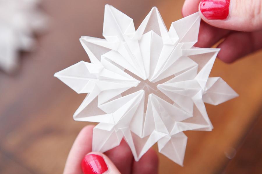 flocon de neige en papier facile great modles flocons en papier with flocon de neige en papier. Black Bedroom Furniture Sets. Home Design Ideas