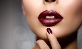 On ose le rouge à lèvres métallique