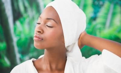 Laver ses cheveux en profondeur avec un tissage