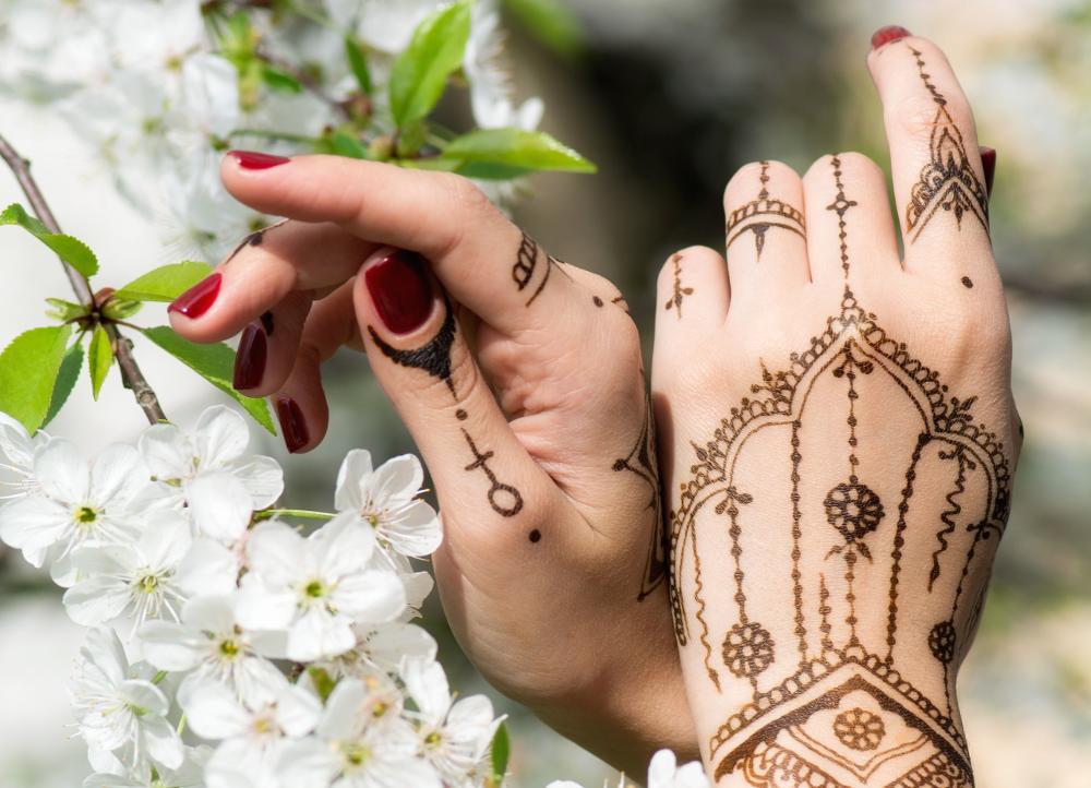 Pieds et mains décorés avec le mehndi