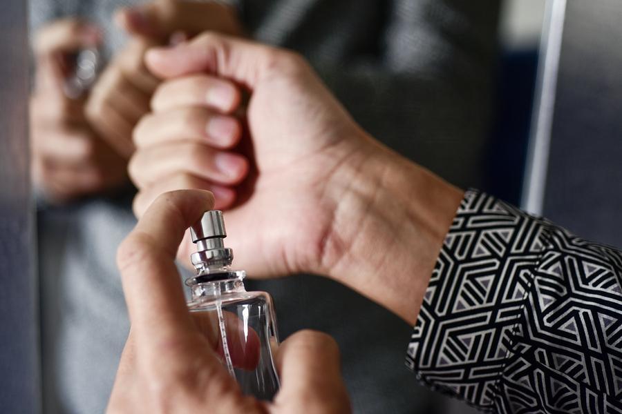 Comment faire tenir son parfum toute la journée?